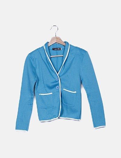 Chaqueta azul detalle bolsillos