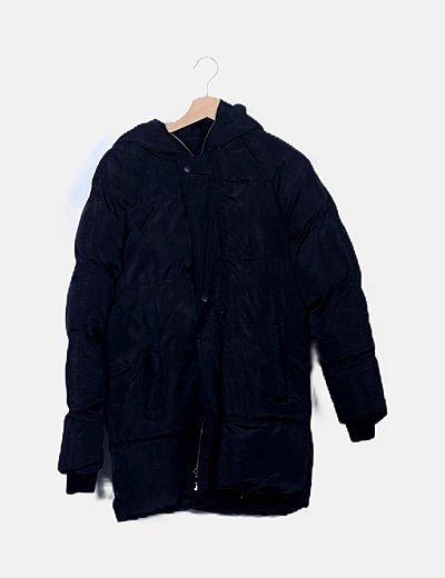 Abrigo acolchado negro con capucha