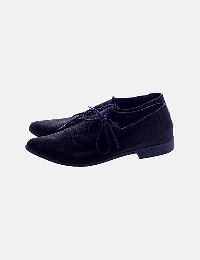 Zapato negro acordonado
