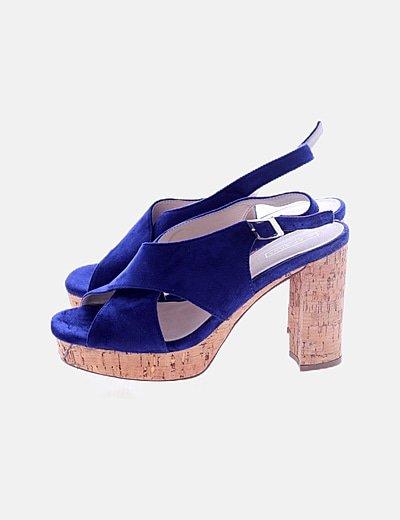 Sandalia tacón azul detalle hebilla