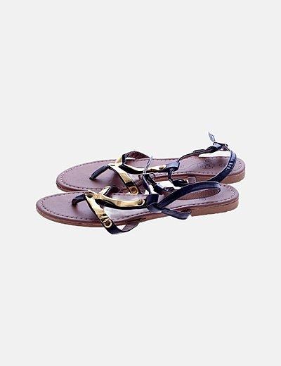 Sandalia plana tiras detalle dorado