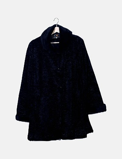 Abrigo negro detalle cuello