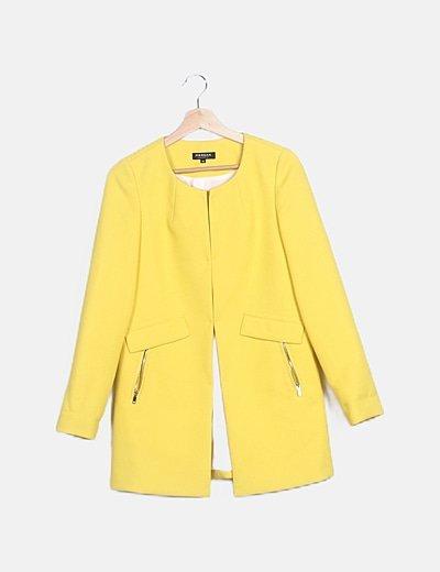 Abrigo amarillo combinado detalle bolsillos