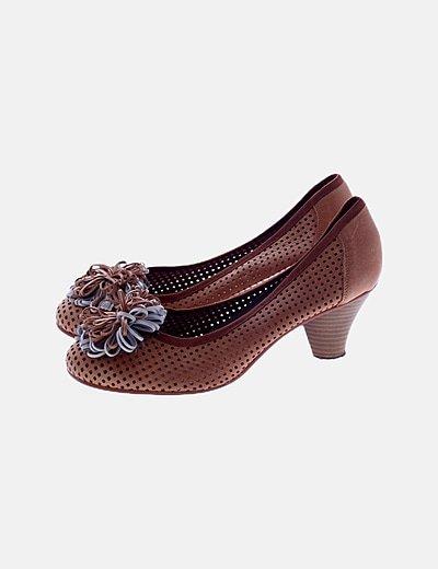 Zapato troquelado pompón