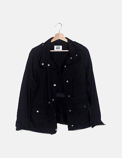 Chaqueta negra detalle bolsillos