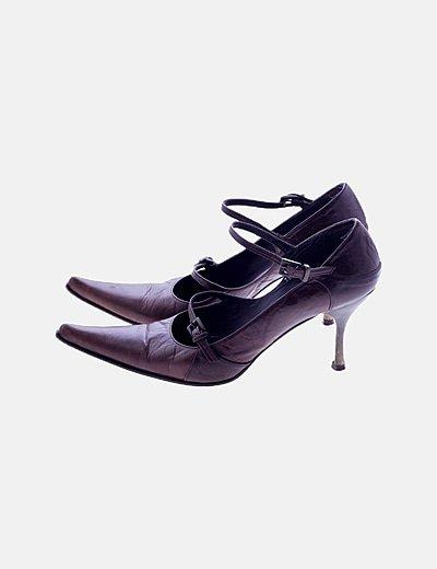 Zapato tacón marrón detalles