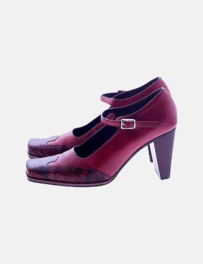 Zapato rojo detalle animal print
