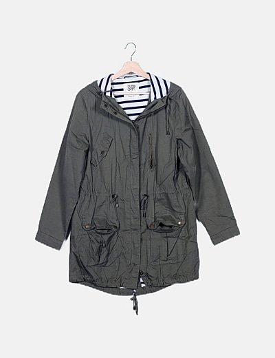 Abrigo largo verde detalle bolsillos