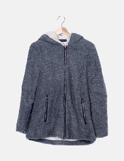 Abrigo gris pelo sintético con capucha