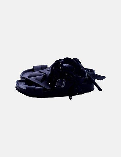 Sandalia negra flecos