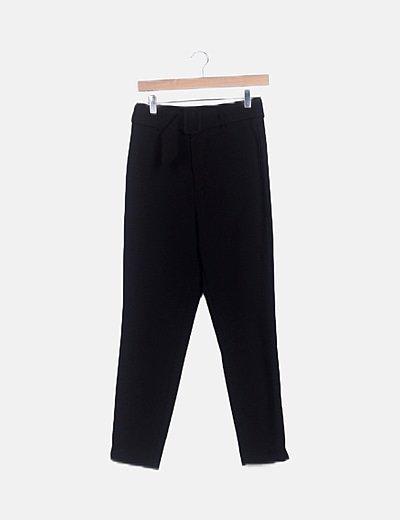 Pantalón negro cinturón