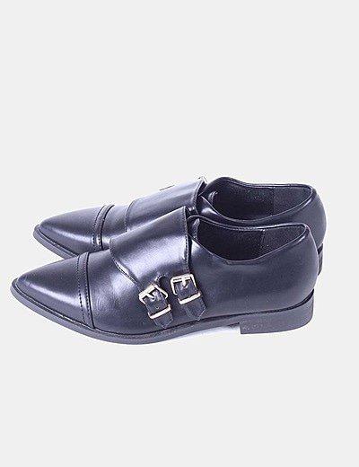 Zapato negro de punta con hebillas