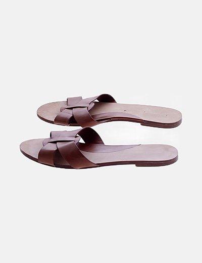 Sandalia marrón tiras