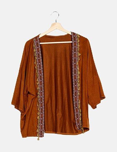 Kimono camel ante detalle bordado