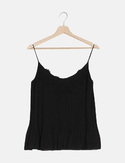 Blusa negra plisada con encaje