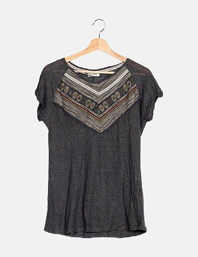 Camiseta gris bordados