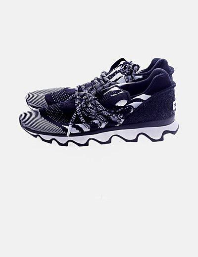 Zapatillas deportivas blancas y negras