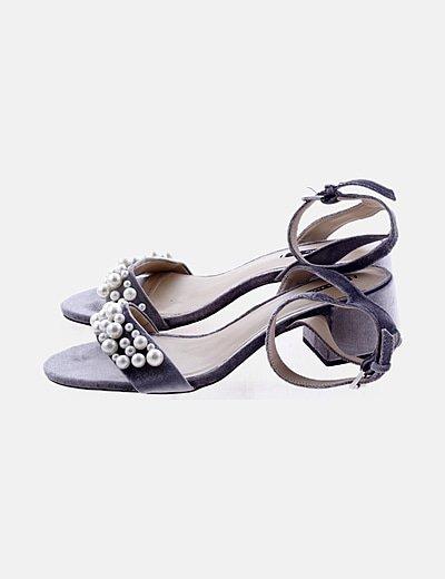 Sandalia gris velvet con perlas