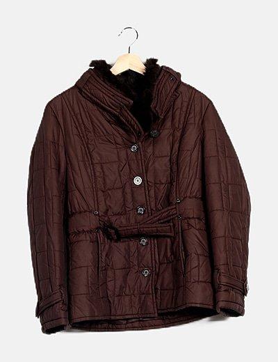 Abrigo marrón acolchado detalle pelo