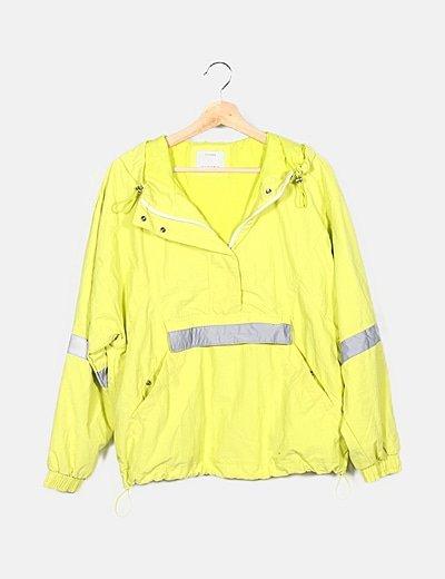 Abrigo amarillo fluor con capucha