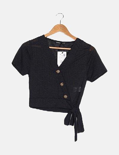 Camiseta negra detalle botones