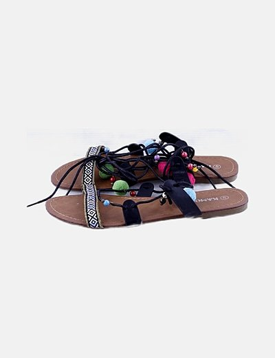 Sandalia negra detalle ponpon