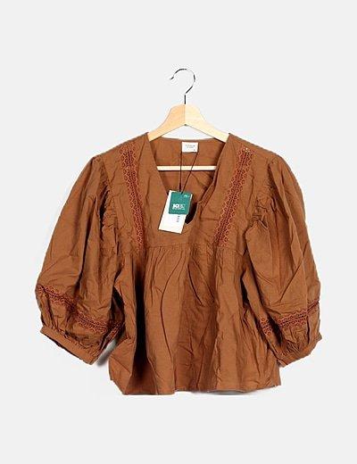 Blusa marrón escote pico