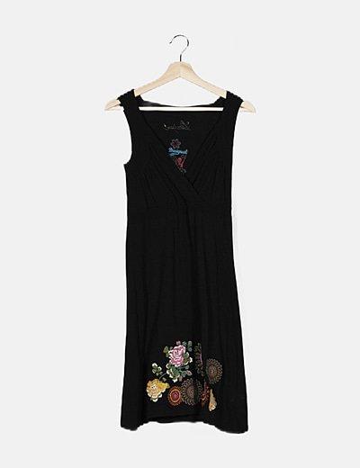 Vestido maxi negro con bordado multicolor
