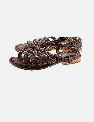 Sandalia marrón detalle dorados