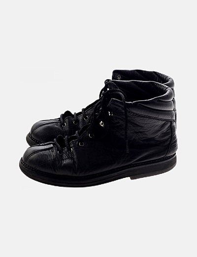 Botas negras acordonadas