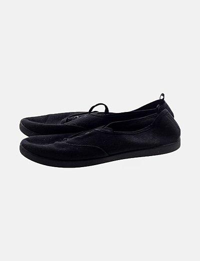 Zapatilla negra de lona