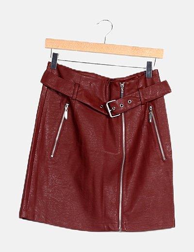 Falda granate polipiel con cinturón