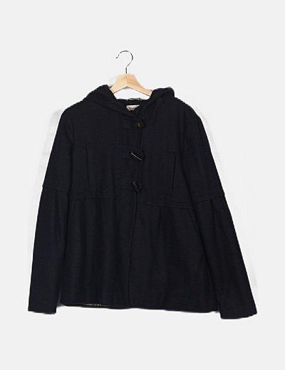 Abrigo negro detalle bolsillos
