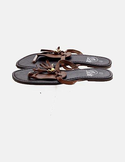 Sandalia marrón borlas