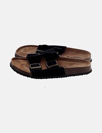 Sandalia negra con hebillas