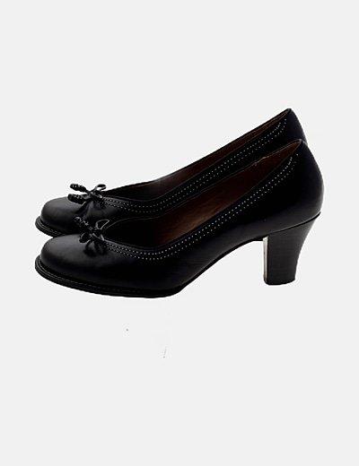 Zapato negro detalle lazo