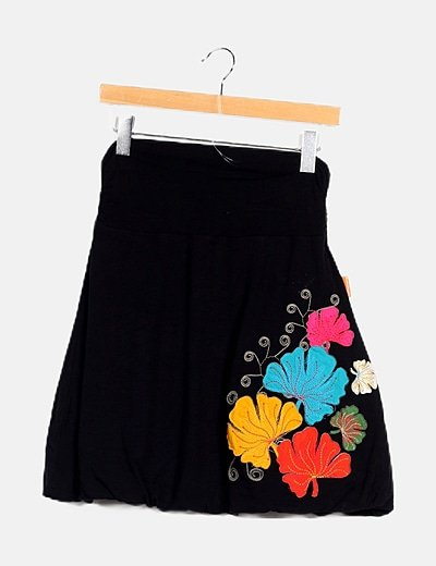 Falda negra bordada