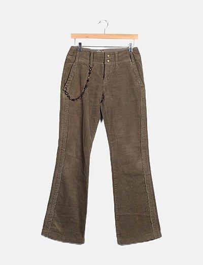 Pantalón verde detalle cadena
