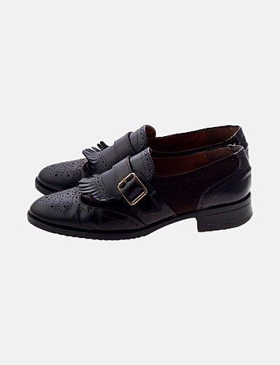 Zapato marrón con hebilla y flecos