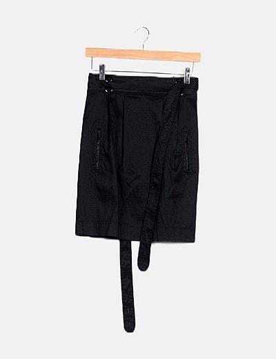 Falda negra detalle cinturón