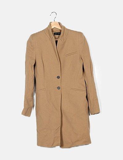 Abrigo marrón hombreras