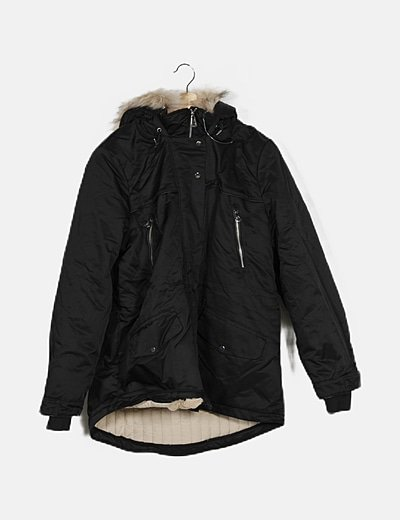 Parka negra acolchada con capucha