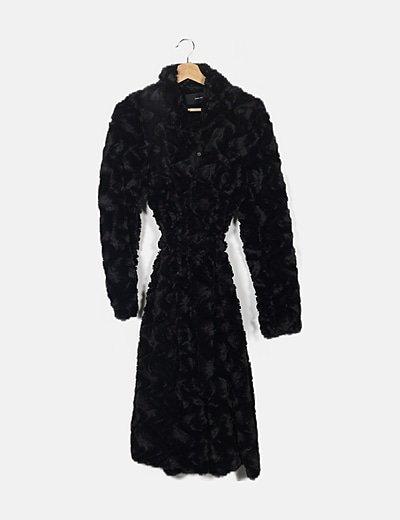 Abrigo negro peluche detalle cinturón
