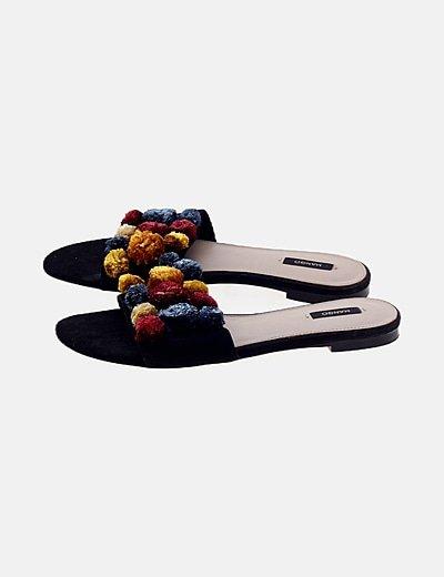 Sandalia negra detalle borlas
