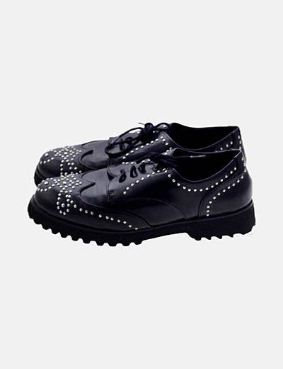 Zapato negro acordonado detalles