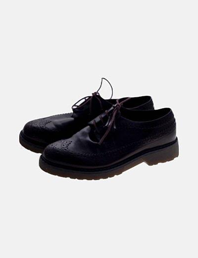 Zapato granate acordonada