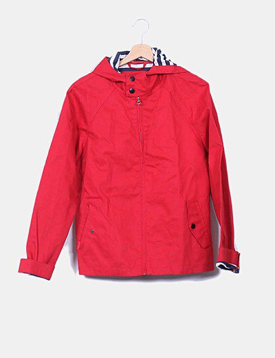 Gabardina roja con capucha