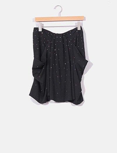 Falda negra con tachas plateadas