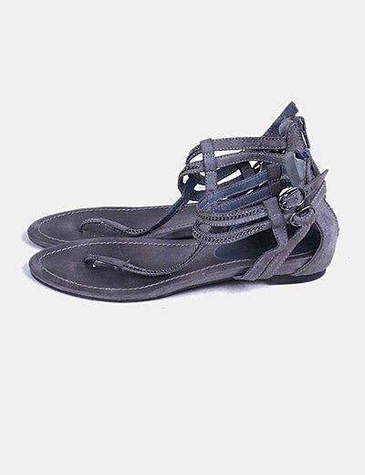 Sandalias grises con cadena