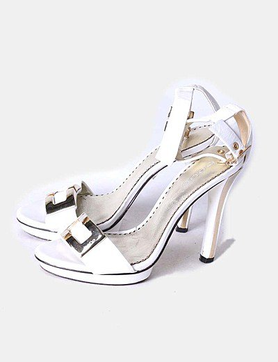 Sandalias blancas broche dorado